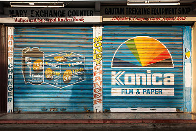 Facade fermé d'un magasin de photographe à Pokhara, Népal / Closed facade of a photographer's shop in Pokhara, Nepal