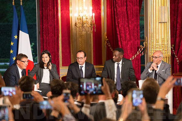 Signature of the Official Report of the association Nos Quartiers ont des Talents at the Elysée Palace in the presence of Francois Hollande to comemorate their 10th birthday