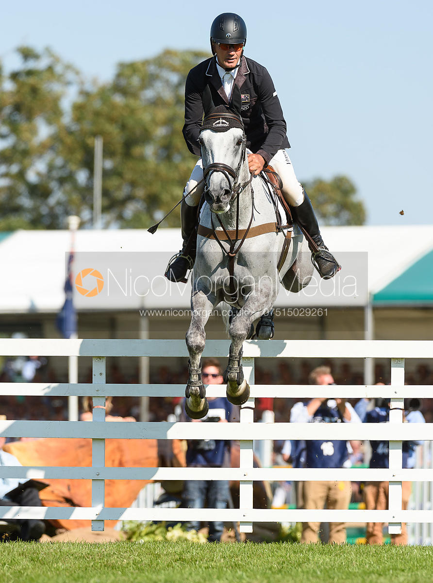 Andrew Nicholson and SWALLOW SPRINGS, showjumping phase, Land Rover Burghley Horse Trials 2018