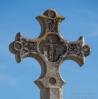 Vezelay: cross by the road