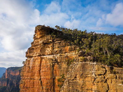 Views up along Burramoko Head and Balzer Lookout showing its sheer sandstone cliff edges and unfenced views into the Grose Va...