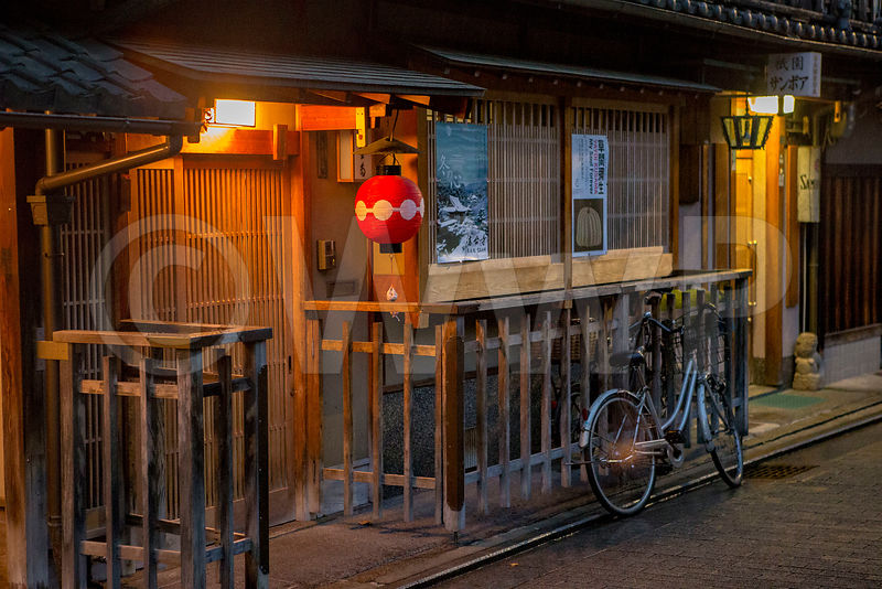 _W_P8157-Kyoto-bike-front-house-old-city-Gion-