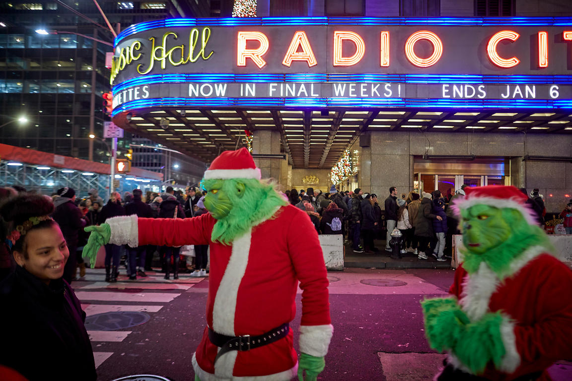 The Grinch busker in Time Square