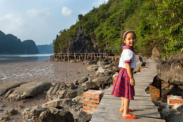 Fille de 6 ans marchant sur une passerelle, île de Cat Ba, Vietnam / 6 year old girl walking on a catwalk, Cat Ba Island, Vie...