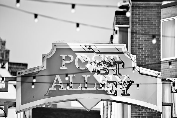 POST ALLEY PIKE PLACE SEATTLE BLACK AND WHITE