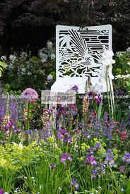 Massif de printemps : Iris et Allium. Coin repos : chaise. Designer : The Chris Beardshaw Mentoring Scholarship Team. Chelsea...