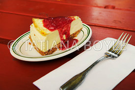 Cheese cake with raspberry sauce