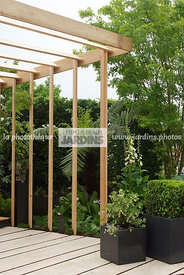 Pergola en bois. Dallage : Dalles 'Romaine Antique' (HMT). Paysagiste : Didier Danet. Suresnes (92), France