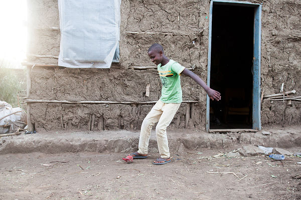 Aboulé, 13 ans, joue au football avec une balle usée, Awasa, Éthiopie / Aboulé, 13, plays football with a worn ball, Awasa, E...