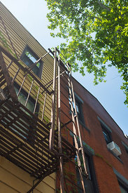 Echelle extérieur sur un immeuble du quartier de williamsburg, Brooklyn, New York, USA / Exterior ladder on a building in the...