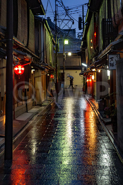 _W_P8158-Kyoto-old-city-gyon-by-night_1