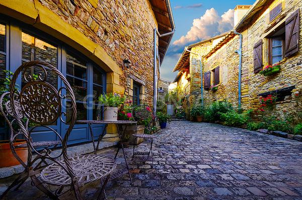 Dans les ruelles de Oingt, village des Pierres Dorées, Beaujolais