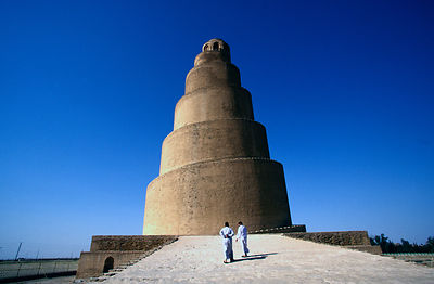 Iraq - Samarra - Two men at the minaret of the Al-Mutawakkil mosque