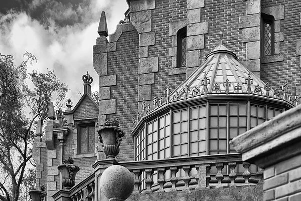 Haunted-Mansion-6231043-BW
