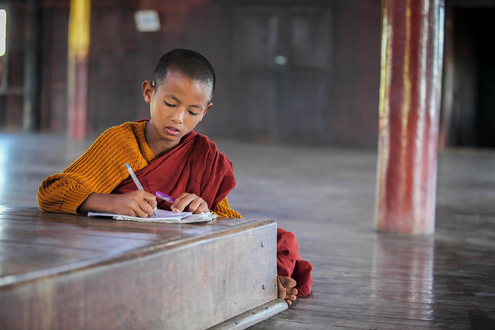 Nahosu, 8 ans, moine novice révisant ses leçons Monastère de Nyaungshwe, Birmanie / Nahosu, 8, novice monk reviewing his less...