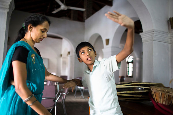 Sachita, 11 ans, apprend la danse de Kandy appelé Kandyan dance avec sa mère, Kandy, Sri Lanka / Sachita, 11, learns Kandy's ...