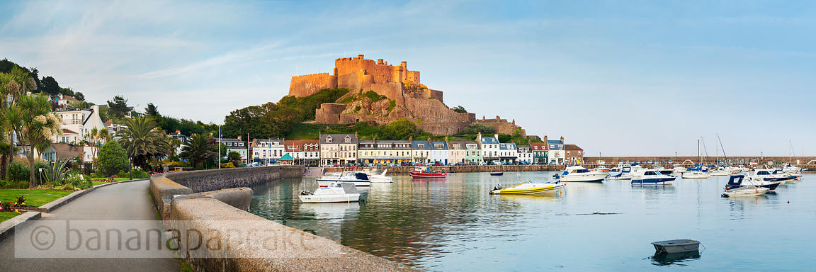 Mont Orgueil and the harbour of Gorey - BP3910B