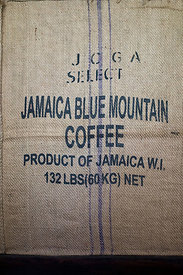 Sac de café en toile de jute estampillé Jamaica Blue Mountain Coffe product of Jamaica, Kingstown, Jamaique / Jamaica Blue Mo...