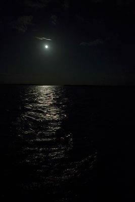 Pleine lune et son reflet au dessus de l'océan / Full moon and its reflection above the ocean