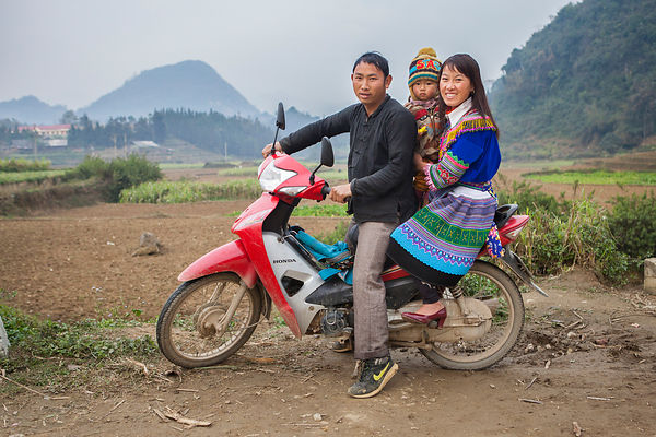 Famille posant sur leur moto en habit traditionnel, Bac Ha, Vietnam / Family posing on their motorbike in traditional dress, ...