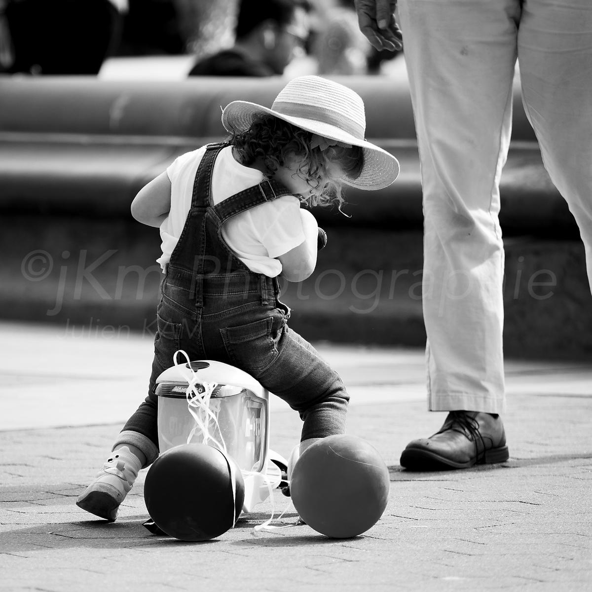 Street Photo - The little girl with a hat