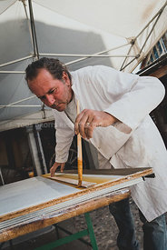 Reportage photo métiers artisanat tradition - Pierre Testud - Fresquiste - Application d'enduit coloré au pinceau