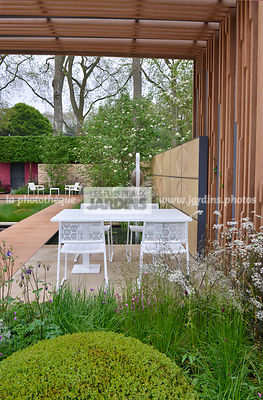Terrasse contemporaine, mobilier de jardin : table et chaise collection Japan (Fabricant Estudi Hac), Pergola en bois exotique Iroko, Paysagiste : Robert Myers, CFS, Angleterre