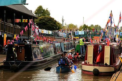 Canoes pass between Narrowboats at the Banbury Canal Day