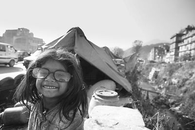 Fillette portant des lunettes trop grandes Kathmandou Népal / Girl wearing glasses too big Kathmandu Nepal