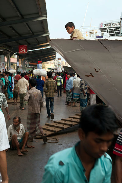 Bangladesh - Dhaka - People crowding the quayside at Sadarghat