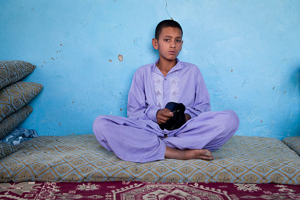 Bashir, 13 ans, assis dans la pièce prété par son oncle, Kaboul, Afghanistan / Bashir, 13, sitting in the room worshiped by h...