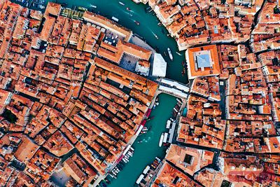 Overhead view of Rialto bridge, Venice, Italy
