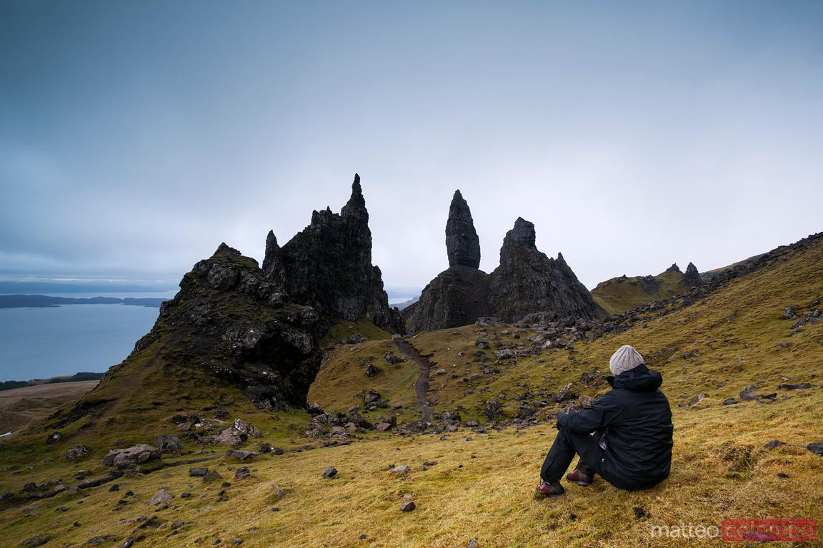 Wanderer mit Blick auf Old Man of Storr Isle of Skye Scotland UK