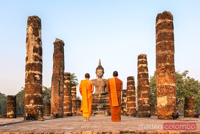 Monks in front of Wat Mahathat temple - Sukhothai