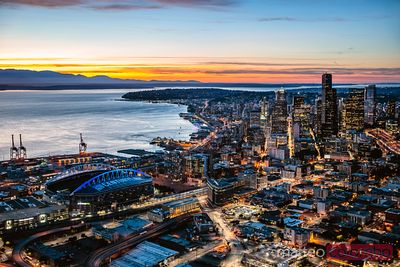 Vue aérienne de l'horizon de centre-ville de Seattle au crépuscule, Seattle, Washington, Etats-Unis