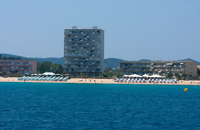 Immeuble construit au bord de mer dans les années 70' au Lavandou, France / Building built at the seaside in the 70 'in Le La...