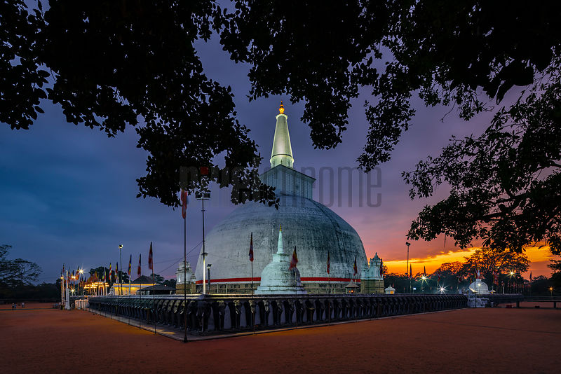 Sunset at Ruwanweli Maha Seya Stupa