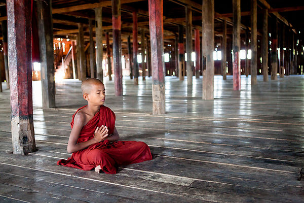 Nahosu, 8 ans, moine novice, priant dans le monastère, Nyaungshwe, Birmanie / Nahosu, 8 years old, novice monk, praying in the monastery, Nyaungshwe, Burma