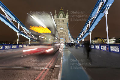 Doppelstockbus, Tower Bridge bei Nacht, London