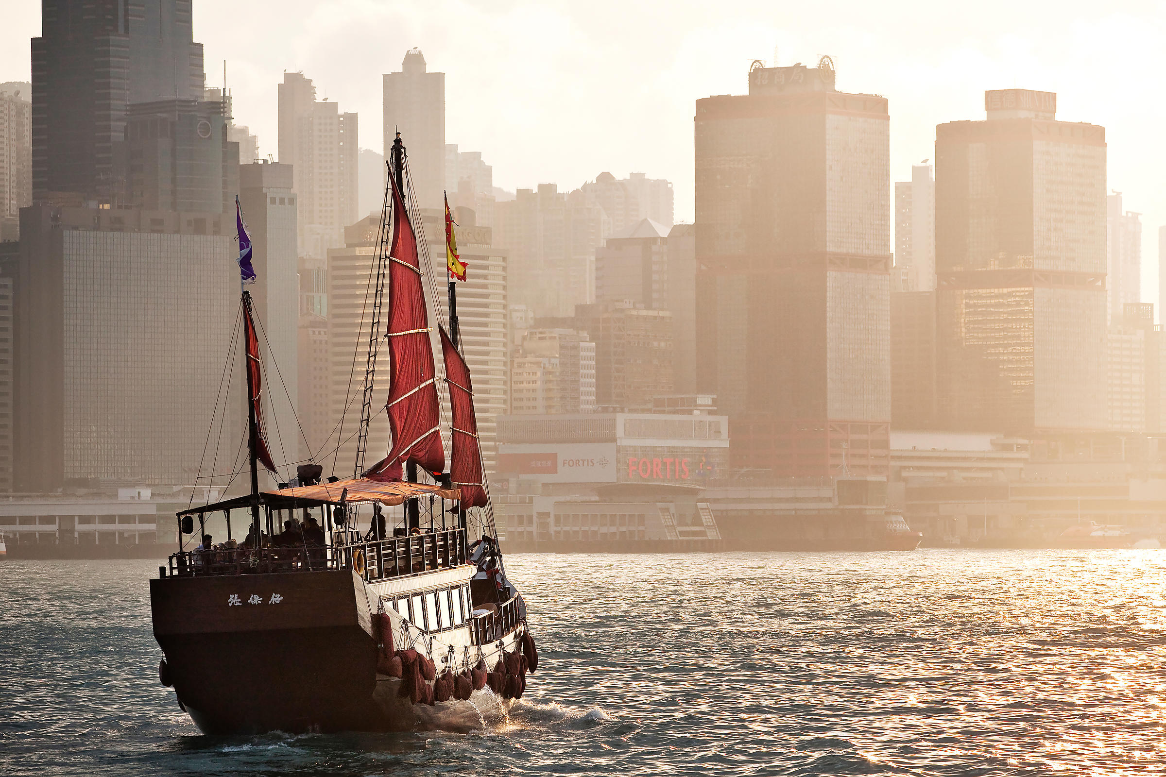 Hong_Kong_new_redone_UNDER_THE_SKY_(2)_(3840x2560)_(80_0.9)