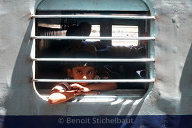 Inde, Tamil Nadu, Chidambaram, enfant dans un train // India, Tamil Nadu, Chidambaram, children in a train