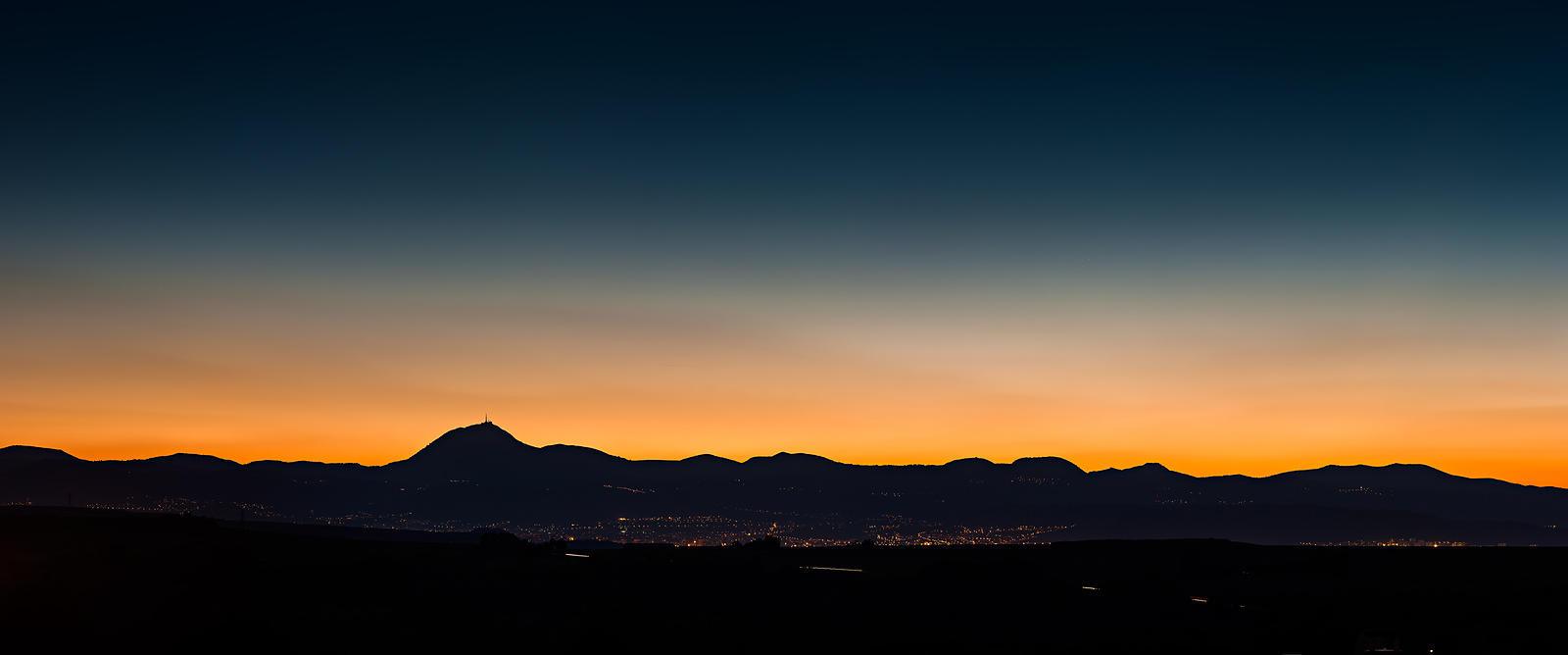 [Image: panorama-chaine-des-puys-crepuscule_uxga.jpg]