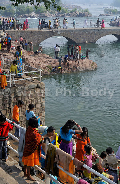 INDE, MADHYA PRADESH, ORCHHA, BAIN DANS LA BETWA//INDIA, MADHYA PRADESH, ORCHHA, PEOPLE BATHING IN BETWA RIVER