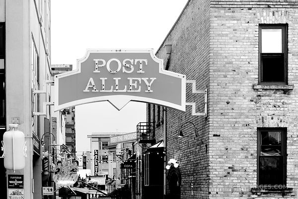 POST ALLEY SEATTLE BLACK AND WHITE