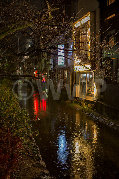 _W_P8279-Kyoto-street-rain-little-river
