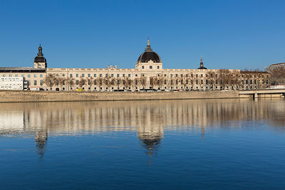 L'Hôtel Dieu et son reflet dans le Rhône un matin d'hiver, Lyon, France / The Hotel Dieu building and its reflection in the R...