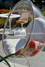 Mobilier de jardin : chaise bulle suspendue (Collection Bubble Chairs, Designer : Eero Aarnio, 1968), Paysagiste : Adele Ford...