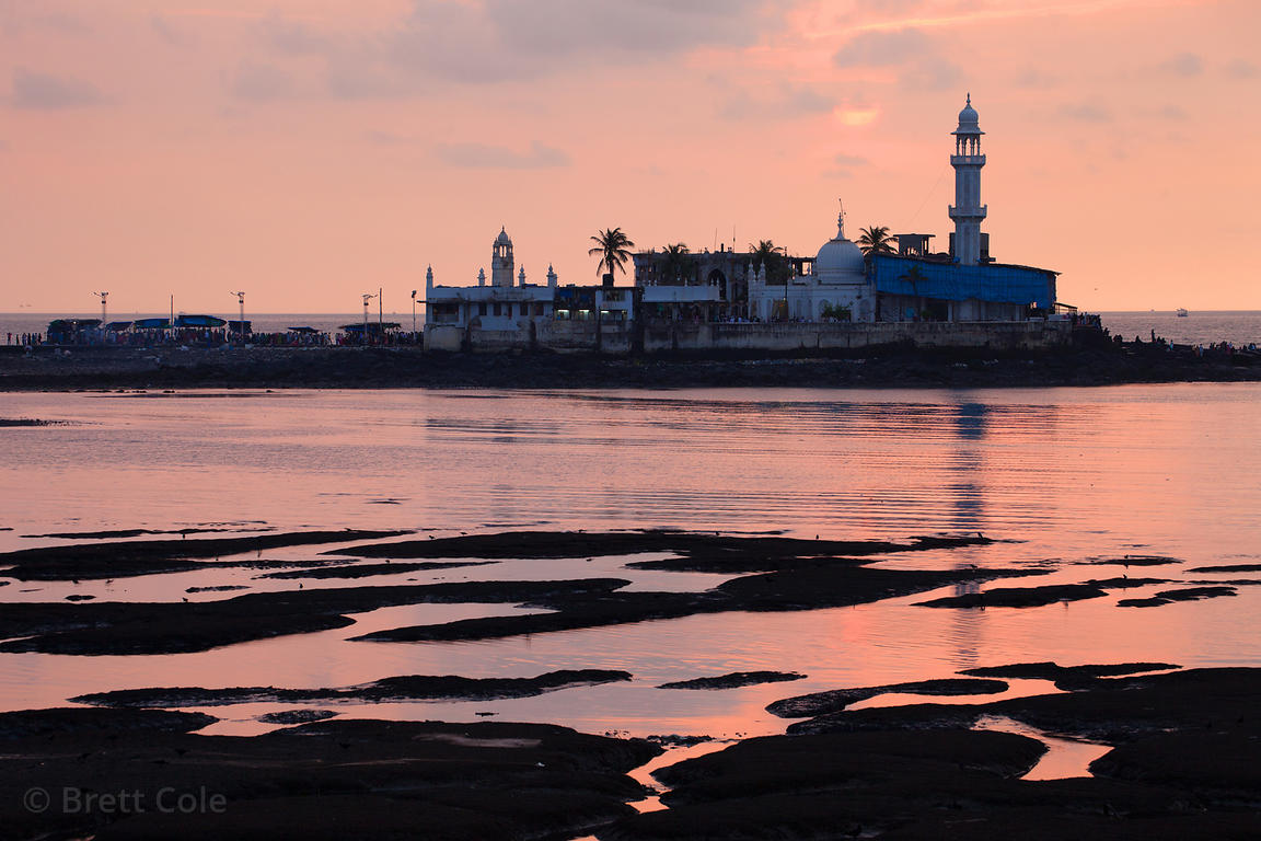 Sunset over the Haji Ali Dargah Mosque and Haji Ali Bay, Mumbai, India.