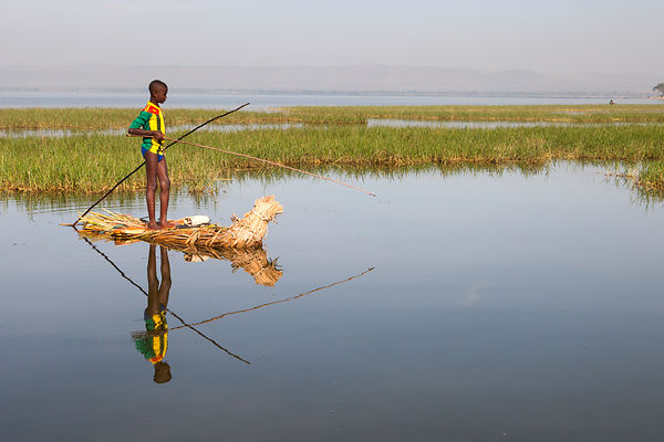 Aboulé, 13 ans, pêche sur son tankwa, Awasa, Éthiopie / Aboulé, 13, fishing on his tankwa boat, Awasa, Ethiopia