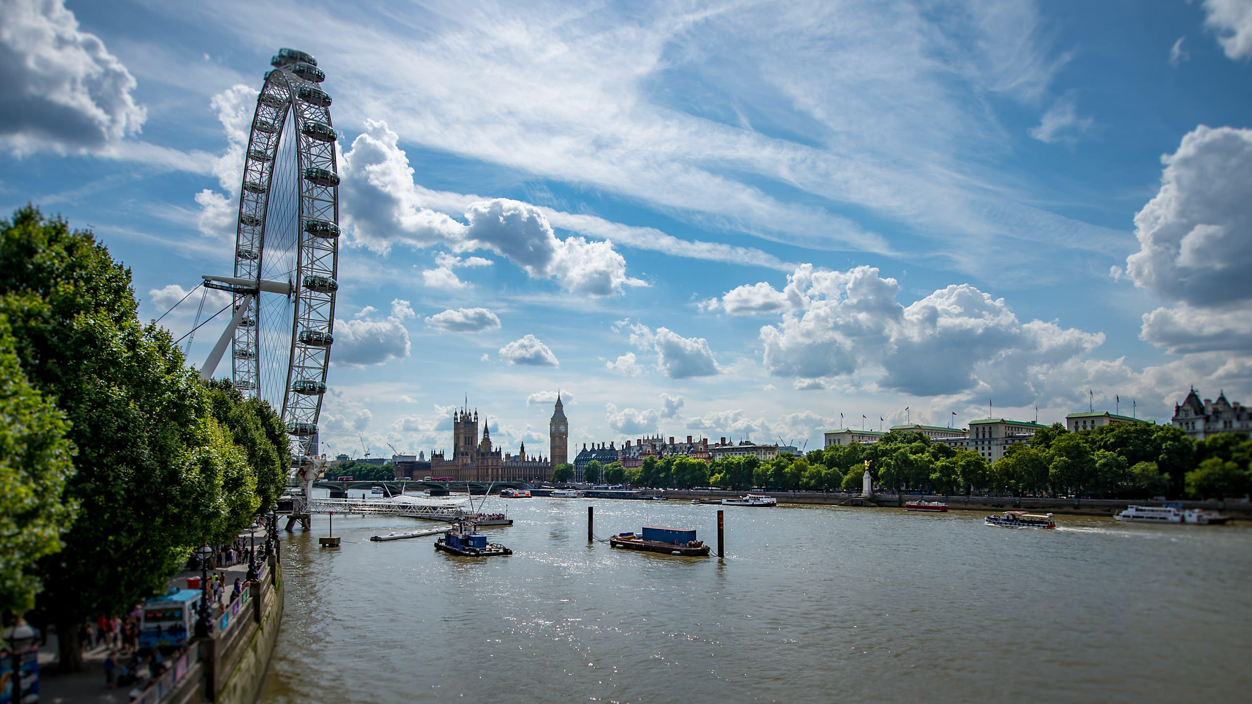 Lonond Eye with Thames, Houses of Parliament and London buildings